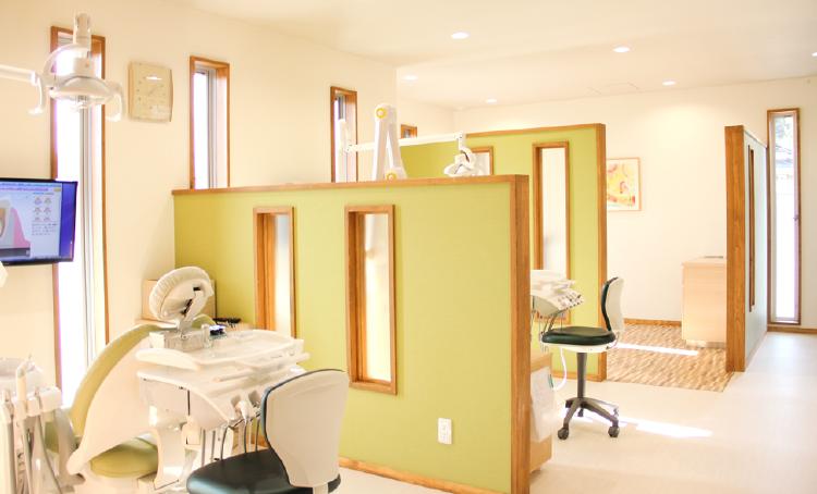 光が差し込む明るい雰囲気の診療室【でくち歯科医院】